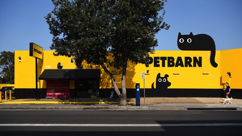A Petbarn existe na Austrália desde o final dos anos setenta e se tornou um dos líderes de venda no mercado de animais de estimação por lá. São mais de 140 lojas pelo país que oferecem brinquedos, comida, suplementos, acessórios e tudo mais que você possa precisar para seu gato, cachorro, pássaro, réptil ou sei lá o que você pode ter.
