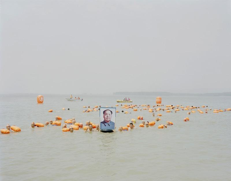 Com sua fotografia, Zhang Kechun documenta a beleza e a destruição do segundo maior rio da China. Em uma série de fotos que recebeu o nome do rio, The Yellow River captura as vastas paisagens e cenários as margens do rio e como a natureza local está desaparecendo por culpa da crescente industrialização e a degradação ambiental. É isso que você vai pode ver nas imagens que selecionei logo abaixo.