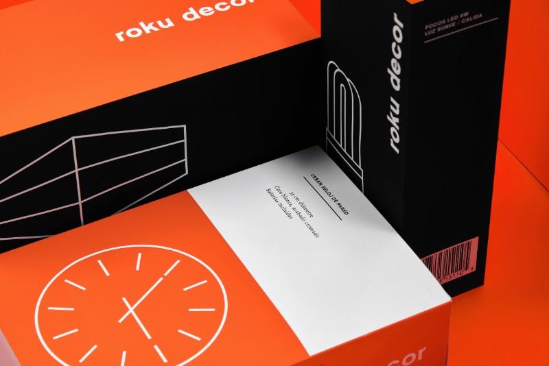 Roku Decor é uma linha de acessórios e móveis que é conhecido pela acessibilidade, pela praticidade e pelo design. Como essa marca faz parte da Roku, o pessoal do Parametro Studio foi chamado para criar uma identidade visual que diferenciasse os valores e conceitos da marca.
