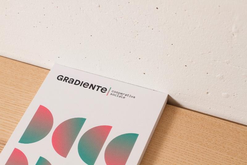 Gradiente é o nome de uma cooperativa social italiana que nasceu da fusão de duas realidades bem distintas. Até o nome usado na cooperativa é relacionado a essa fusão e brinca um pouco com a harmonia dessa fusão.