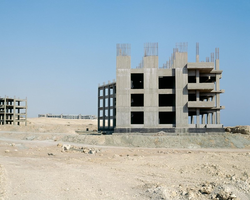 Nas fotografias que você vai ver por aqui, você vai observar hotéis abandonados em diferentes estágios de construção. Tudo isso na península do Sinai, uma região desértica entre o Mar Vermelho e o Mar Mediterrâneo que pertence ao Egito. Durante alguns anos, Stefanie Zoche viajou ao local para documentar o investimento do governo em turismo.