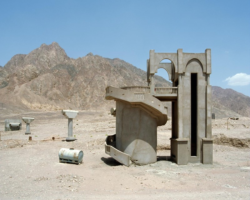 As ruínas desses hotéis no Sinai são uma das muitas consequências de uma indústria de turismo que encoraja um desenvolvimento urbano sem controle e que acaba moldando uma paisagem de forma nada natural. Isso tudo acontece enquanto essa indústria ignora o desenrolar político de alguns países, como no Egito.