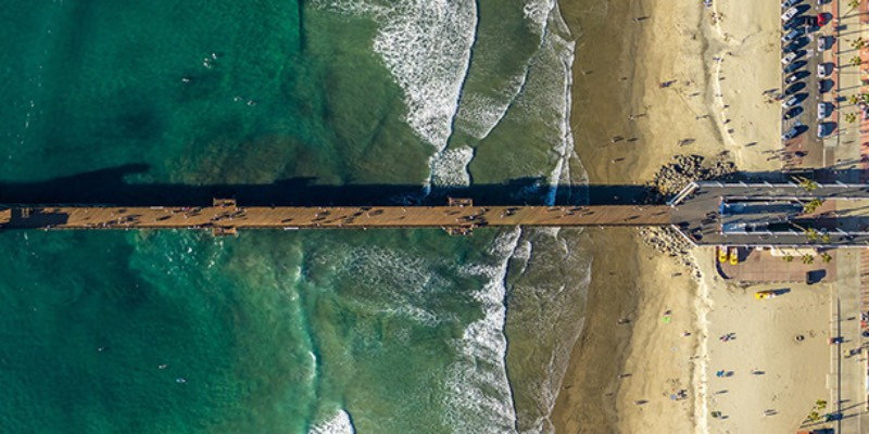 Mitchell Rouse resolveu documentar a variedade e personalidade desses piers no sul da Califórnia através de fotografias feiras por drone. Desse ângulo, podemos ficar focados em como essas construções tem formas diferentes e como que eles acabam sendo conexões diretas com o oceanos.