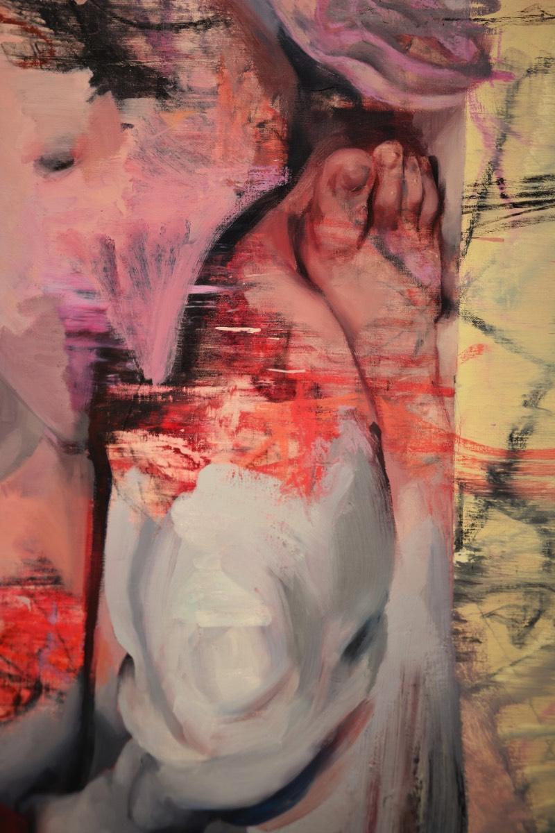 Quando Jenny Saville pinta, ela usa de tinta a óleo e acaba aplicando essa tinta em pesadas camadas que acabam se tornando bem viscerais e ponto de me lembrar muito a própria carne. Cada pincelada, cada marca pintada parece ser flexível, como se tivesse vida própria. E a medida que a artista vai colocando mais tinta e trabalhando com todos os pigmentos de suas telas, a distinção entre os corpos pintados e os corpos humanos vai entrando em colapso.