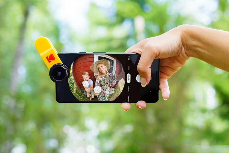 Se você é familiar com a história da fotografia, você sabe que a Kodak perdeu uma das maiores oportunidades de mercado quando deixou de lado uma mudança para o formato digital. Mas, parece que, com algum atraso, a empresa está tentando voltar ao mundo da fotografia com um kit de fotografia da Kodak, uma série de acessórios de qualidade para serem usados com seu celular.