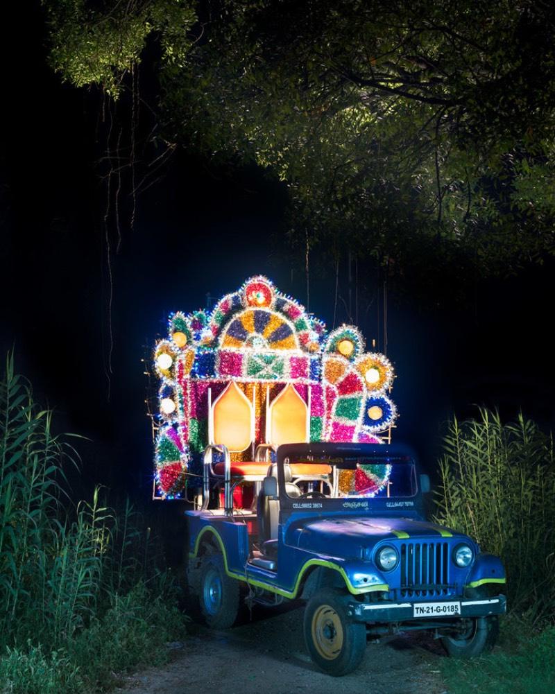 Para muitos, carros são o ápice da tecnologia e do design moderno. Para outros, eles são um símbolo de status econômico. Por esses fatores, a customização de um veículo é visto como uma forma de expressão pessoal e é isso que o fotógrafo indiano Sameer Raichur resolveu capturar numa série de fotografias que receberam o nome de Chariots of Frolic.