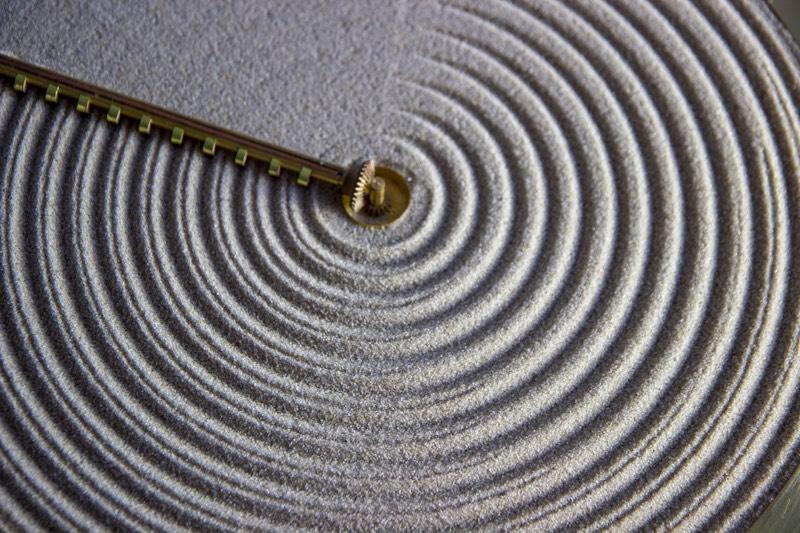 O relógio conhecido como Sand é uma celebração dos jardins de rochas japonesas, aqueles que vemos por ai em locais que tentam remeter a cultura japonesa. Conhecidos como Karesansiu, esses jardins tem a areia modelada em padrões visuais que imitam a aparência das ondulações da água.