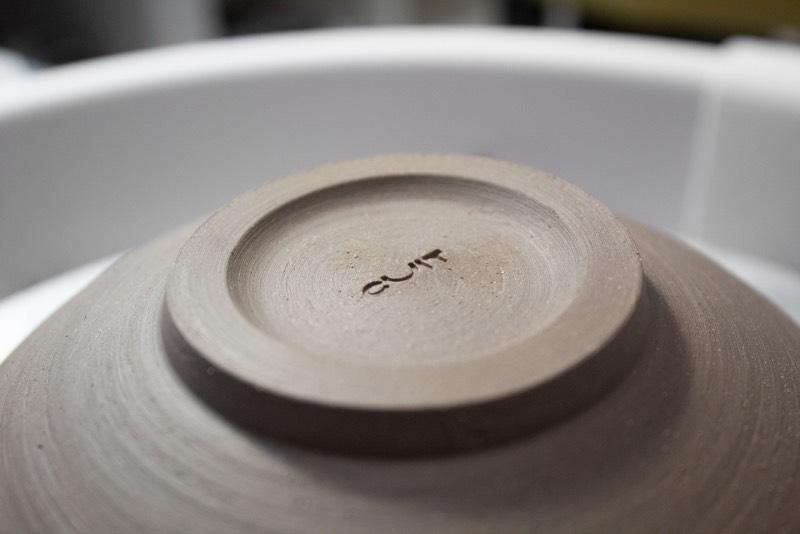 Cuit Espai Ceramic é uma escola de cerâmica em Valencia, na Espanha. Mas não estamos aqui para falar sobre cerâmica e sim sobre a identidade visual criada pelo designer Migue Martí para esse diferente espaço dedicado ao design e a cerâmica.