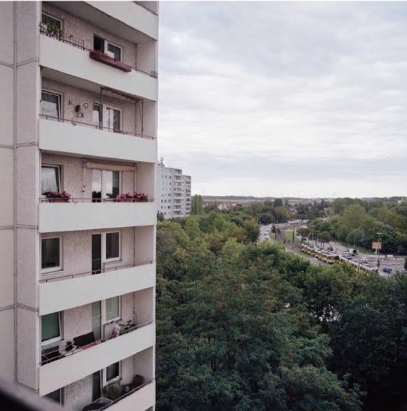 Em seu novo livro, Land in Sonne, Christina Fenzl foi para as ruas da antiga Berlim oriental para documentar a população jovem dessa região da capital alemã. Seu objetivo foi o de capturar a geração que cresceu com a reunificação da Alemanha em áreas mais periféricas da cidade, em bairros como Marzahn, Hellersdorf, Lichtenberg e Hohenschönhausen.