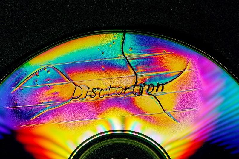 Disctortion é um projeto do designer russo Rus Khasanov onde ele explora a destruição de CDs e documenta tudo para nosso prazer. A ideia aqui é simples e veio de uma caminhada pelas ruas de Yekaterinburg, quando ele se deparou com um monte de antigos CDs arranhados jogados na calçada. As cores distorcidas pareciam um arco íris sob o sol e foi assim que ele pensou nesse projeto.