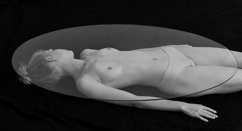Basado em Berlim, o fotógrafo húngaro Jácint Halász explora o corpo humano de uma forma estilizada e provocativa. Investigando o erotismo da forma humana e a sexualidade de uma forma divertida, através de imagens que são montadas com confiança e uma sensibilidade estética.