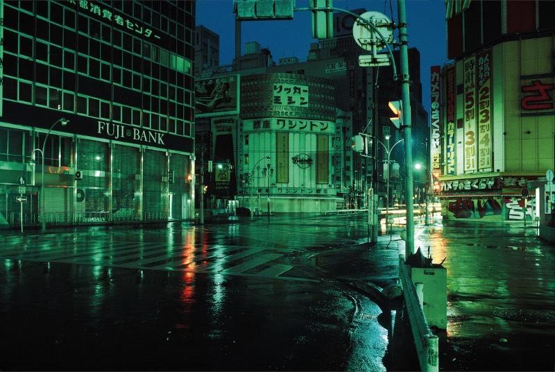 Greg Girard é um fotógrafo conhecido pelas suas explorações de cidade asiáticas como Xangai e Hong Kong. Porém, eu não vou escrever sobre essas cidades e sim sobre como ele documentou a capital do Japão no início da sua carreira.