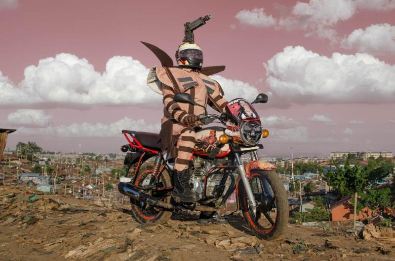 Boda Boda Madness é o nome do projeto criado pelo fotógrafo holandês Jan Hoek e o designer de moda ugandense-queniano Bobbin Case, onde eles capturam um pouco da louca estética dos mototáxis de Nairobi. Os Boda Boda, como os mototáxis são chamados no Quênia, são famosos pela estética diferenciada de suas motos.