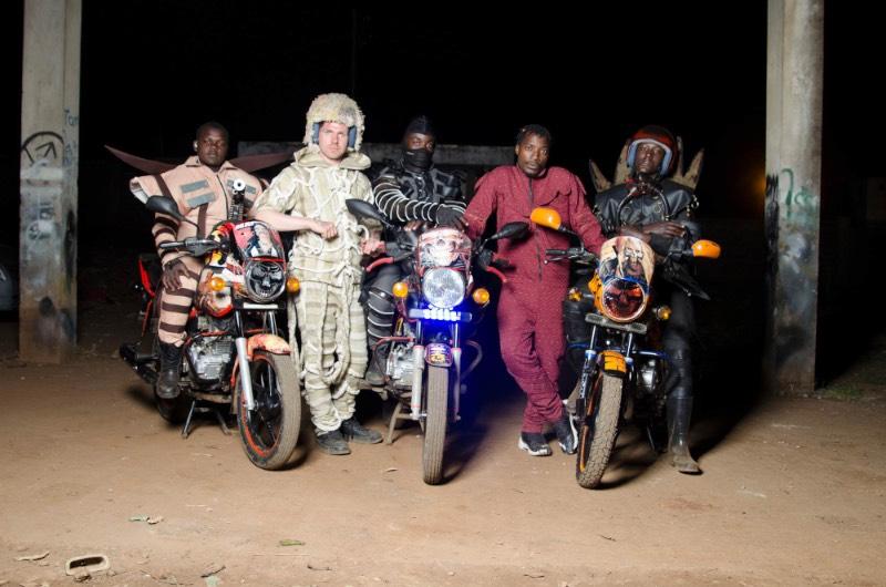 O projeto colaborativo Boda Boda Madness começou quando Bobbin Case e Jan Noek se depararam com os mototáxis de Nairobi. A estranha estéticas das motocicletas utilizadas nesse serviço acabaram alimentando a criatividade dessa dupla de artistas e eles ficaram pensando em como documentar o que eles viram pelas ruas. Foi assim que eles chegaram a conclusão de que eles precisavam criar uniformes com uma estética similar. Afinal, não são só as motocicletas que precisam ter um visual diferenciado.