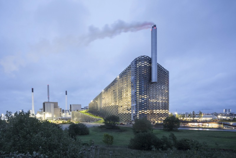 Copenhagen, a capital da Dinamarca, prometeu a seus cidadãos que seria a primeira cidade a neutralizar o carbono. Tudo isso precisa ser feito até 2025 e um dos projetos chave da cidade para colocar isso em prático é conhecido como CopenHill, criação dos designers do Bjarke Ingels Group.
