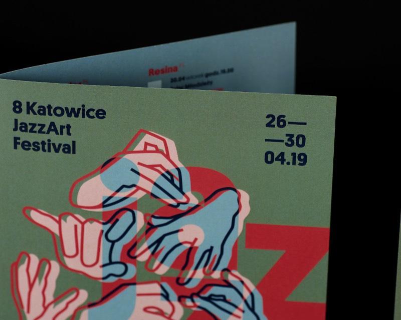 Depois da edição de 2018 do Katowice JazzArt Festival cuja identidade visual era composta de fogo e muitas chamas, a ideia da edição de 2019 foi a de apontar para uma direção diferente. Foi isso que a designer polonesa Marta Gawin teve que considerar quando começou a rascunhar algumas ideias para esse festival de jazz. Foi assim que uma estética iluminada pela lua surgiu. Um visual sonhador, onírico e cheio de energia criativa.