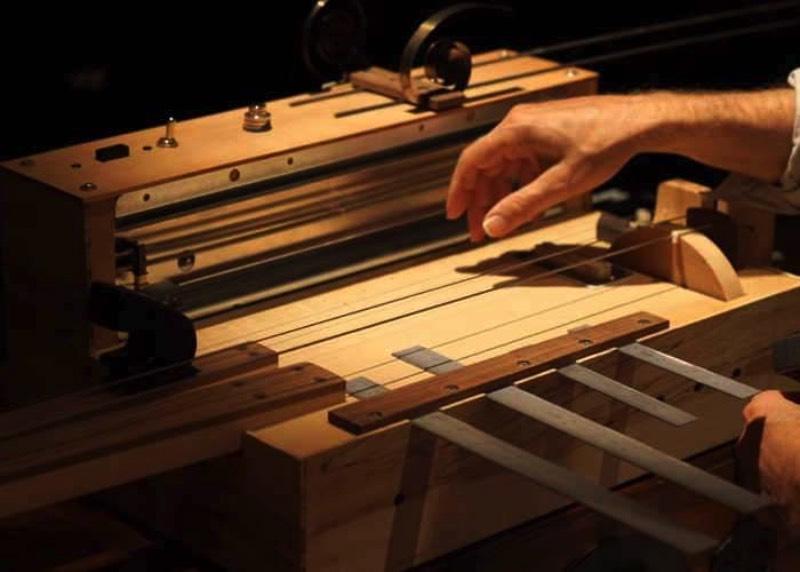 Talvez, o Apprehension Engine seja o instrumento musical mais assustador da história. E isso foi feito de propósito já que esse instrumento único foi encomendado por Mark Korven com a intenção de criar uma sonoridade especial nas trilhas sonoras de filmes de terror que ele compõe.