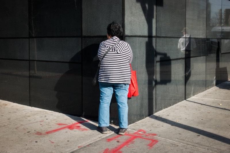 Quando você visita seu portfólio, dá para ver que Josh Ethan Johnson é bem ativo quando se trata de fotografia e ele tem seu trabalho dividido em temas que não necessariamente tem muito a ver um com outro. Entre seus projetos, eu gostei bastante de alguns deles como o que ele resolveu chamar de Shunned onde ele captura pessoas olhando para paredes pelas cidades americanas.