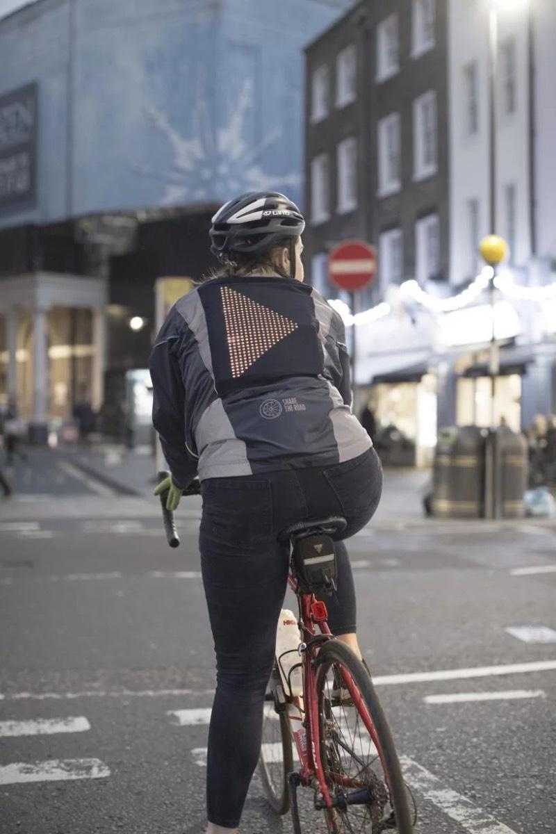 Por mais que a Ford seja conhecida pelos seus carros, essa é a empresa responsável pela Emoji Jacket com a finalidade de ajudar ciclistas a ficarem mais seguros pelas ruas das cidades. A jaqueta vem com um grande painel de led nas costas e, é lá que você apresenta seu humor e se comunica com os motoristas ao seu redor.