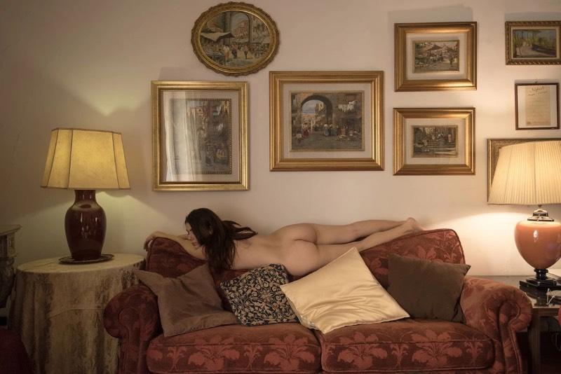 A estética que Giuseppe Palmisano explora é bem reconhecível como característica do fotógrafo. Nela, você pode observar referências de um minimalismo e de um certo surrealismo. O resultado são imagens que tem uma simplicidade visual mas passam uma mensagem forte. Tudo isso com um estilo harmonioso. E, para mim, ele parece saber o que quer quando fez as fotos que selecionei direto de seu portfólio. Mas, deixo para você a oportunidade de ver se eu estou certo quando se trata disso.