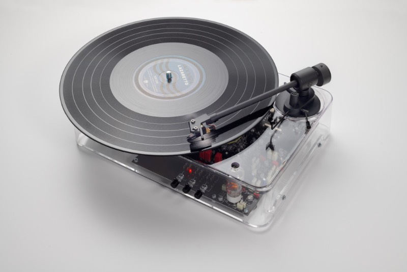 Sou fã de toca discos e sou ainda mais fã de objetos transparentes já que acho bem interessante observar como que as coisas são por dentro. Por isso mesmo que fiquei desejando esse toca discos transparente criado pelo pessoal da Gearbox Records. Quando descobri que o visual foi inspirado no design de Dieter Rams, ele entrou para minha wishlist.