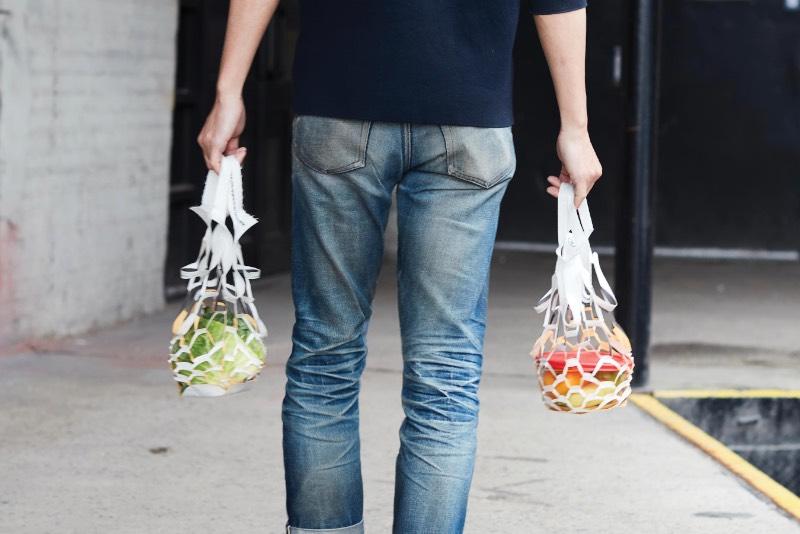 Quando o estado de Nova Iorque baniu o uso de sacolas plásticas, algumas pessoas resolveram reclamar e outras resolveram usar dessa oportunidade para criar alternativas interessantes que misturassem o design com a sustentabilidade. Foi isso que o Placeholder fez com a sacola biodegradável de bambu que cria uma alternativa ecologicamente correta com toda a conveniência possível.