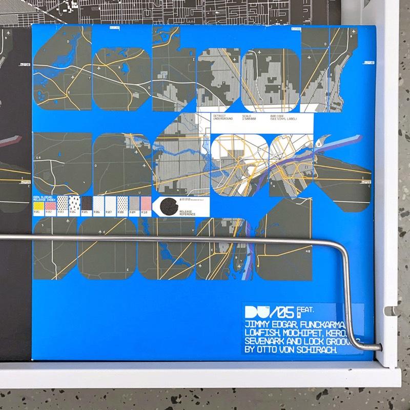 O trabalho que a Neubau Berlin fez para a Detroit Underground usa de uma referência visual criada por Stefan Gandl para os discos que a gravadora começou a lançar a partir de 2004. Essas imagens apresentam uma interpretação visual de uma mapa topográfico da cidade de Detroit, onde a gravadora tem sua sede. A ideia aqui foi a de adicionar um contexto físico para cada lançamento sonoro e eu gosto muito da conexão, por mais sutil que seja.