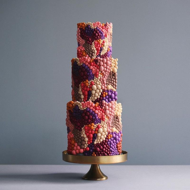Tortyk Annushka é o nome de uma confeitaria fundada em Moscou em 2009. A equipe de confeiteiros e decoradores de bolo são mais do que artistas e não sei direito como descrever o que eles fazem para criar os bolos fenomenais que me deparei hoje no Instagram.