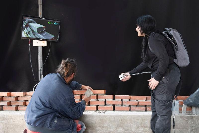 Para construir a fachada de tijolos da Vinícola Kitrvs foram necessários 13.596 tijolos que foram posicionados no lugar certo através de um sistema de visualização de realidade aumentada e design interativo. Tudo isso foi para de um projeto experimental da ETH Zurich que envolveu alguns pedreiros na Grécia e o resultado você pode ver nas imagens e vídeo logo abaixo.