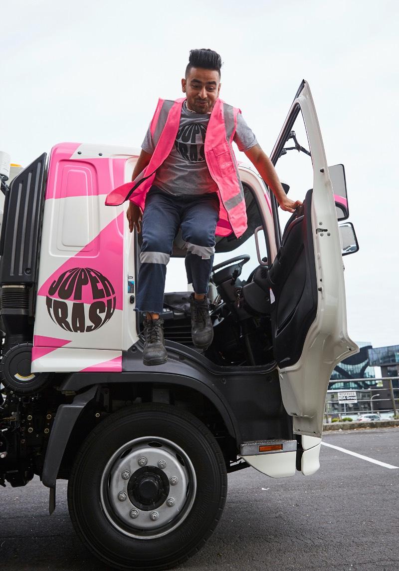 Supertrash é o nome de um pequeno serviço de coleta familiar de lixo na Nova Zelândia. Pequeno serviço com um grande propósito que é de ajudar a desviar resíduos para aterros e incentivar a reciclagem.