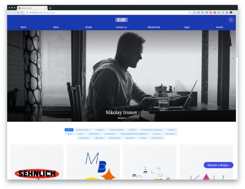 O AI Designer é o novo projeto experimental dos russos do Art. Lebedev Studio. Nesse estranho projeto, clientes reais passam seus briefings de branding e identidade visual para um designer virtual que, através de uma forma de inteligência artificial, cria o trabalho final.