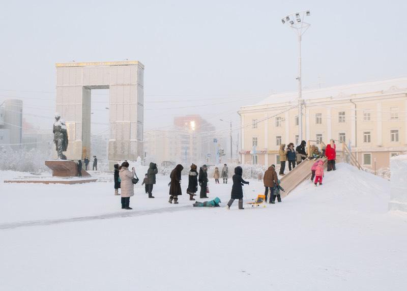 É bem interessante observar a fotografia de Alexey Vasilyev, documentando a remota região russa conhecida como Yakutia. Afinal, esse é um lugar distante de todos, mas massivo no tamanho e tão desconhecido para o mundo que precisei abrir a Wikipedia aqui para descobrir onde que é esse lugar.