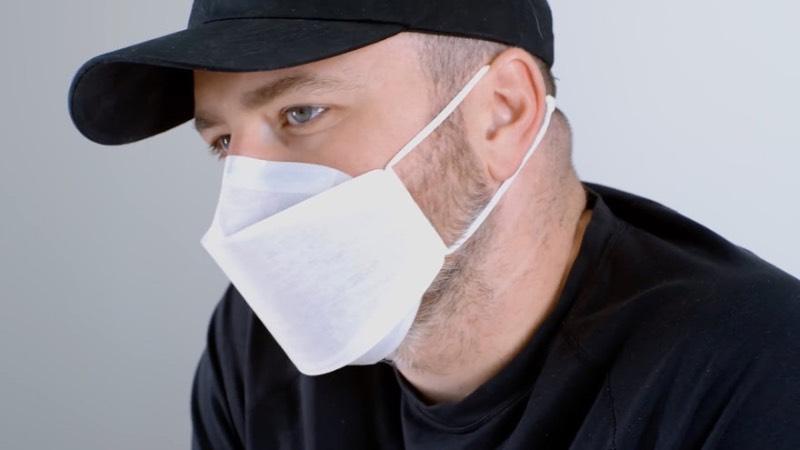 Não esperava que eu estaria aqui escrevendo sobre a máscara facial que a Apple desenvolveu para seus funcionários, mas estamos em 2020 e estou trabalhando de casa desde março então esse tópico de máscara facial até parece fazer sentido. E começo dizendo que é uma pena que o público não vai ter acesso à máscara facial da Apple porque ela parece ser muito superior ao que temos acesso.