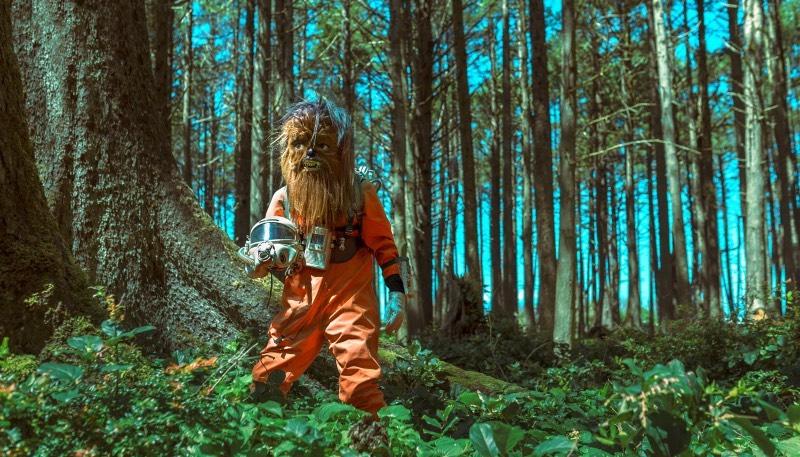 É de Portland que Mako Miyamoto trabalha como cineasta, fotógrafo e diretor de criação. E o que ele anda produzindo é aquele categoria de trabalho que se torna inconfundível após vê-lo pela primeira vez. Afinal, ele desenvolve paisagens visuais onde personagens mascarados se tornam reais e vivem narrativas mais do que atraentes.
