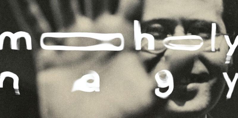 László Moholy-Nagy resolveu mudar de carreira depois da Primeira Guerra Mundial. Foi nessa época que ele conheceu Gropius e acabou indo trabalhar na Bauhaus. Essa é uma das frases que Hattula Moholy-Nagy diz no The New Bauhaus: The Life & Legacy of Moholy-Nagy, um novo documentário de Alysa Nahmias que conta a rota desse artista da Bauhaus na Alemanha até a New Bauhaus em Chicago.