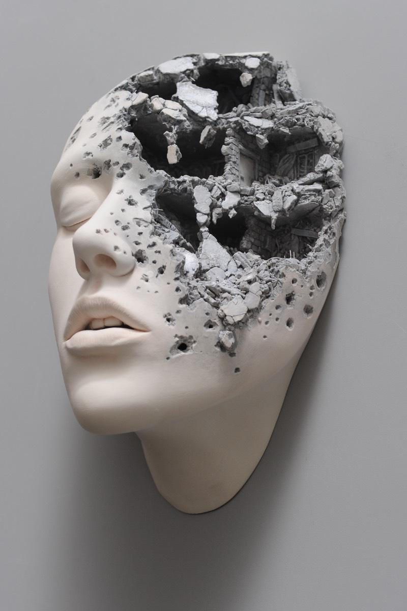 Nascido em Hong Kong em 1960, o artista Johnson Tsang trabalha utilizando técnicas de escultura muito realistas para criar imagens irreais que surgem através do uso da sua imaginação surreal. Foi isso que eu pensei quando passei alguns momentos analisando seu portfólio, mas tem horas que é complicado explicar as coisas em palavras.