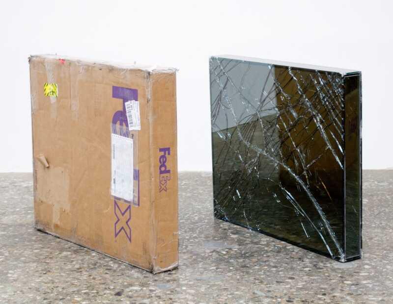 Foi em 2007 que o artista Walead Beshty começou a usar da infraestrutura de entregas da FedEx para criar uma série de obras de arte inusitadas. Para isso, ele constrói objetos de vidro que cabem perfeitamente nas caixas de remessa da FedEx e, depois, ele envia essas caixas sem qualquer proteção para museus e galerias de arte onde elas serão expostas.