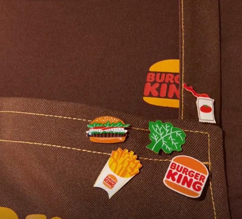 O rebranding que você pode ver aqui é a primeira mudança na marca do Burger King nos últimos 20 anos. E a ideia aqui, de acordo com o pessoal da Jones Knowles Ritchie, é voltar ao passado da empresa. Apresentando assim uma identidade visual que se assemelha bastante aquilo que foi usado pela rede de fast food entre 1969 e 1994.