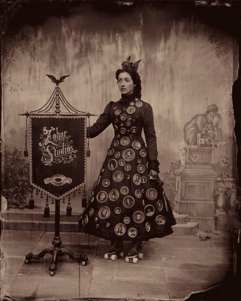 Shimmel Zohar foi um fotógrafo judeu mítico que imigrou da Europa para os Estados Unidos no século XIX e que acabou fundando o Zohar Studios. Algumas das fotografias desse estúdio acabaram chegando agora em uma instalação fotográfica desenvolvida pelo fotógrafo Stephen Berkman.