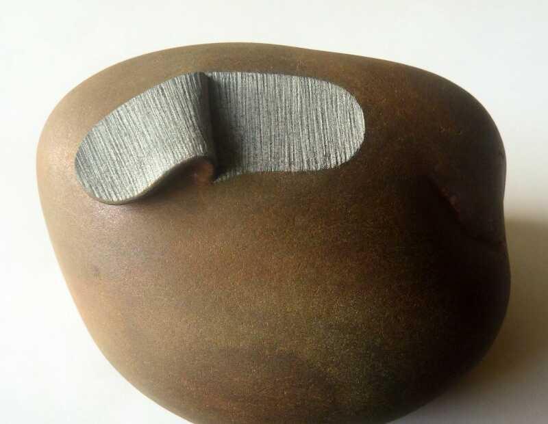 Pedras e rochas não são a primeira coisa que você pensa quando imagina superfícies maleáveis, mas isso pode mudar depois que você observar o trabalho escultural de José Manuel Castro López. Afinal, ele transforma pedras em objetos diferentes, algumas vezes com rugas e vincos. Deixando uma ilusão que parece quase mágica.