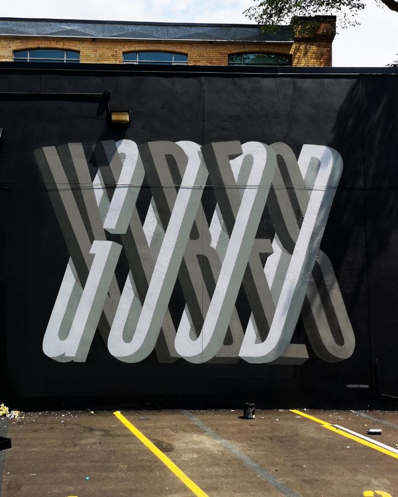 Ben Johnston é um artista cujo portfólio parece ser completamente focado em lettering e tipografia customizada para instalações, murais e arte pública. Aqui, eu resolvi explorar o que ele anda fazendo quando se trata de murais e as imagens que acabei selecionando para esse artigo são, essencialmente, nessa área de trabalho.