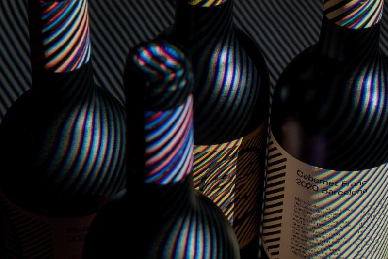 Os vinhos da Casa Cardona resultaram de um projeto comunitário, liderado por um grupo de amigas que moram ao redor da Praça Cordona, em Barcelona. E, pensando em suas fudandoras, cada um dos vinhos apresenta uma personalidade diferente, um visual e um nome único.
