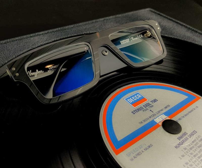 Vinylize é uma empresa de óculos que faz armações de óculos de um jeito um pouco incomum já que eles reciclam discos em vinil e criam algo novo com isso. Essa forma de reciclagem é inusitada, mas extremamente interessante para mim, por isso mesmo precisava publicar esse material por aqui.