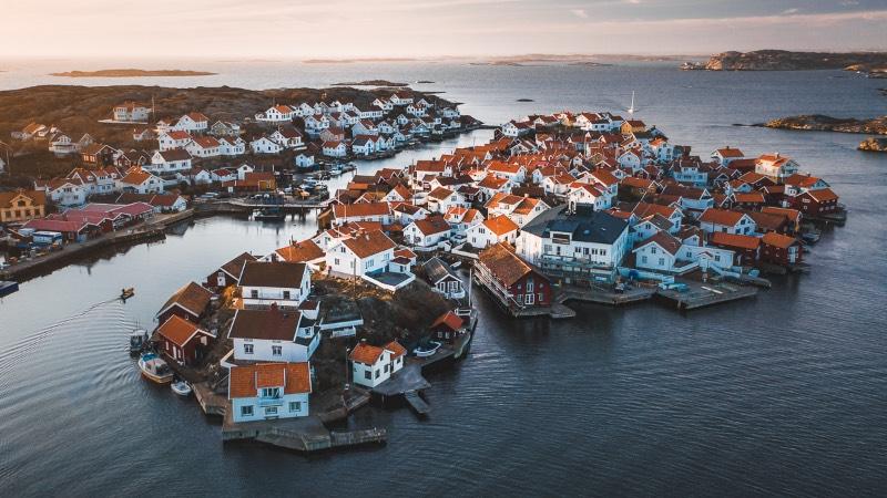 Localizando a apenas a algumas horas de onde Tobias Hägg mora, você vai encontrar um lugar quase mágico: o Arquipélago Bohuslän na Suécia. Essa região tem uma geografia particular que começa ao norte de Gotemburgo e se estende até a fronteira com a Noruega. São vastas paisagens rochosas, cercadas de milhares de lagos que coexistem de um jeito especial.