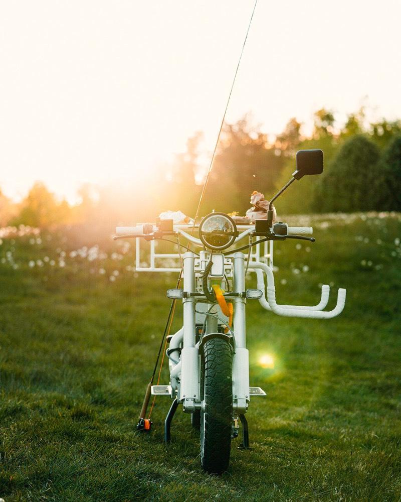 A Ösa é uma e-bike diferente daquelas que costumamos ver por aí. Primeiro porque ela é uma bicicleta elétrica utilitária que foi feita para transportar tudo que você considera como carga. De pranchas de surfe até pedaços de madeira, passando por serras de corte e até uma outra bicicleta.