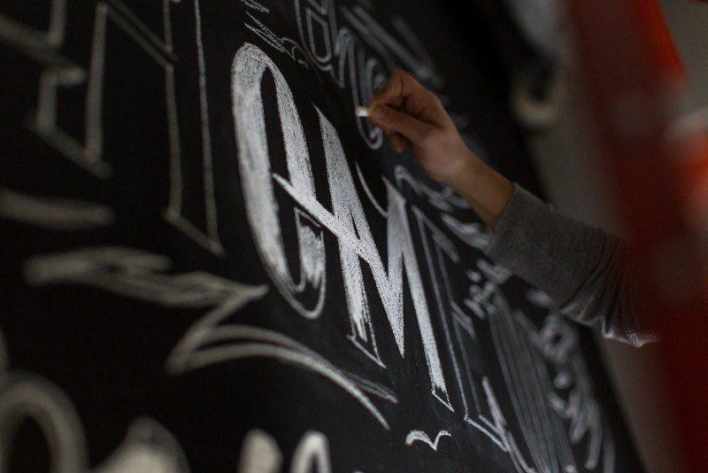 Simi Mahtani é uma designer gráfica e artista visual baseada em Nova Iorque. Seu trabalho envolve muito o uso de tipografia e lettering, passando por tamanhos e formatos variados. O que é algo bem interessante ver no seu portfólio.