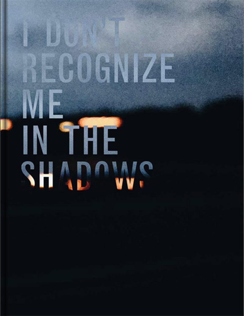 I Don't Recognize Me in the Shadows é o nome do livro de Thana Faroq onde ela explora sua longa jornada deixando a guerra no Yemen e conseguindo asilo na Holanda. Com esse livro, a autora decidiu explorar como tudo isso aconteceu: começando pela guerra, sua fuga, a transição e o nada familiar em outro país.