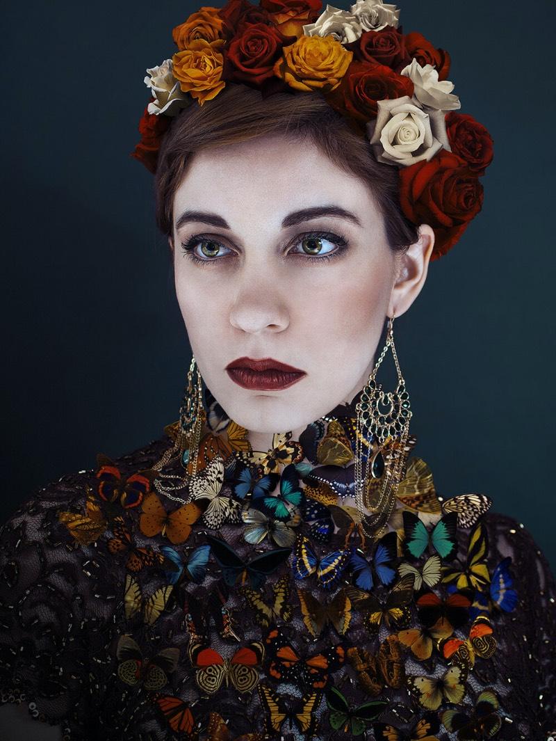 Lídia Vives é uma artista visual e fotógrafa radicada em Barcelona, na Espanha. Seu trabalho de fotografia já foi publicada em diversas famosas revistas como a Vogue Itália e Esquire. Além disso, seu trabalho também há apareceu em inúmeras galerias, feiras de arte e museus, incluindo aí até o Louvre em Paris.