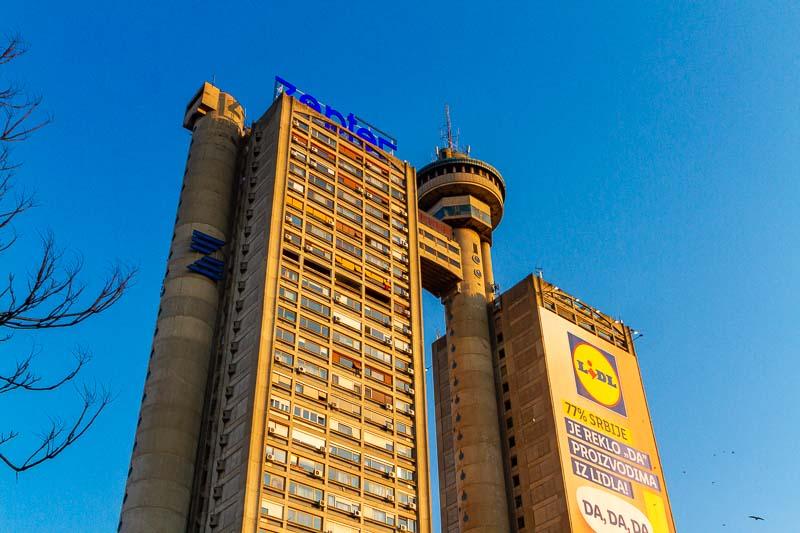 O Western City Gate, também conhecido como Genex Tower ou Kula Geneks em sérvio, é um enorme arranha-céu em Belgrado e pode ser visto de toda a cidade. Esse prédio de 35 andares é um ícone do brutalismo arquitetônico com suas duas torres conectadas e até mesmo um restaurante giratório que parece uma coroa sobre tudo.