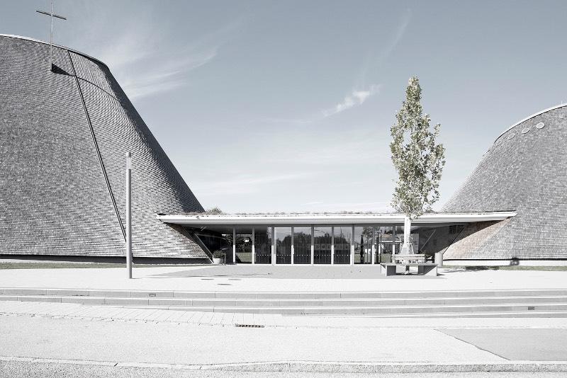 A igreja de São José de Holzkirchen foi concluída em 2016 e tem a assinatura do arquiteto alemão Eberhard Wimmer. Foi ele que projetou a estrutura cônica, feita de anéis horizontais de madeira, aço e coberto por telhas de madeira. Por dentro, o formato da igreja tem o objetivo de conduzir os olhos de seus visitantes para a luz e foi isso que chamou minha atenção nas fotografias que Birgit Schlosser tirou no local.